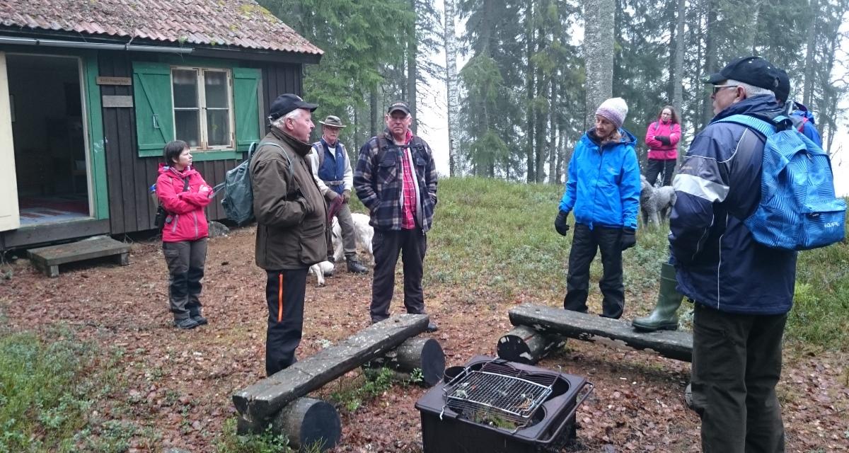 Åke berättar om Eriks huggarkoja där vi tog vår fikapaus.