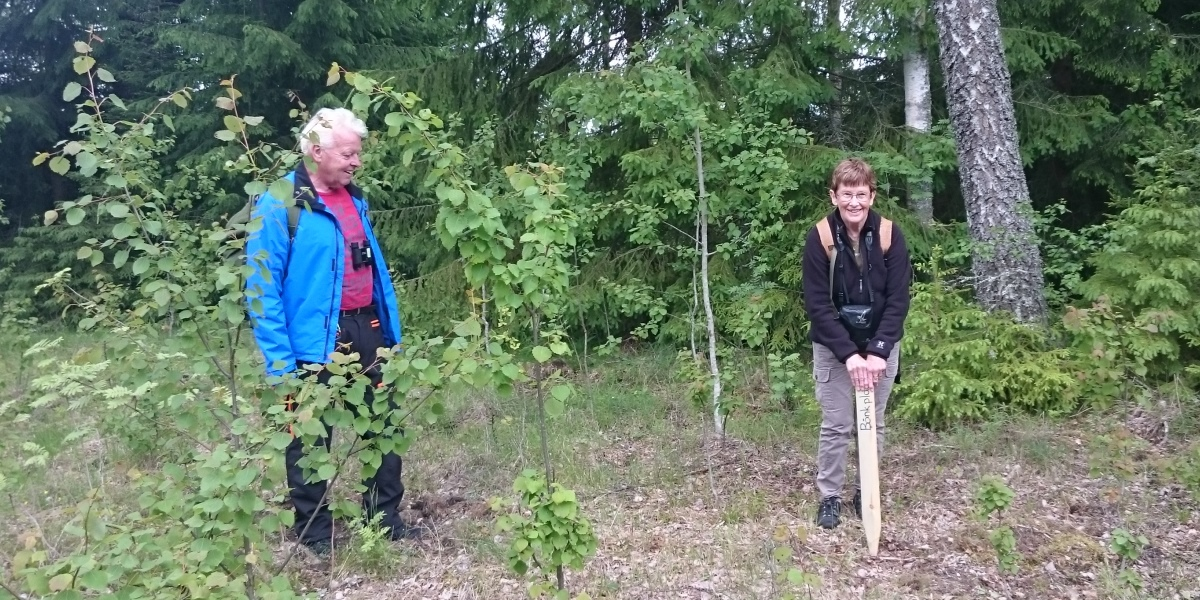 Anita Svensson och Åke Jansson markerar platsen för Sven-Olov Svenssons minnesplats. Foto: Christer Persson.