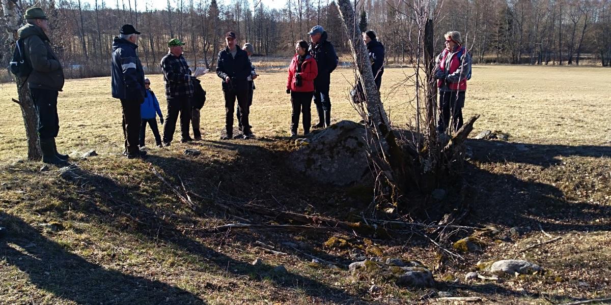 Lennart Ljungberg berättar vid resterna av en fångstgrop.